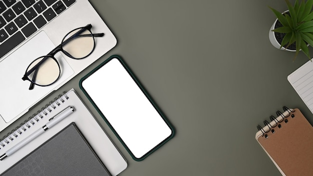 Verspotten sie smartphone, laptop und notebook auf grauem hintergrund.