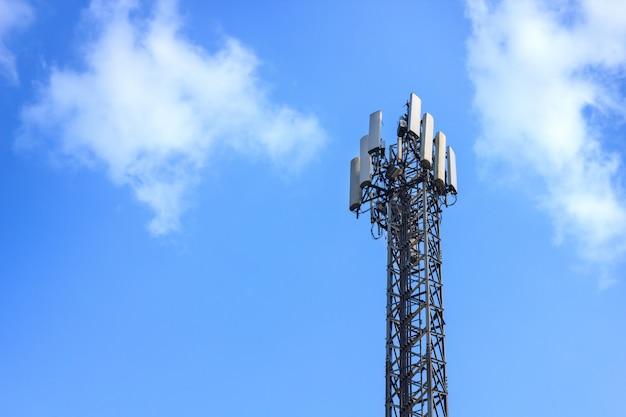 Verstärkerstationen oder telekommunikationsturm im blauen himmel