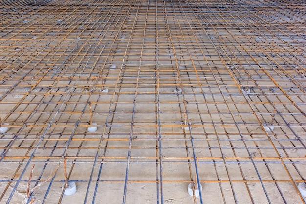 Verstärkungsmetallrahmen für das betongießen. bereit zum auffüllen mit beton.