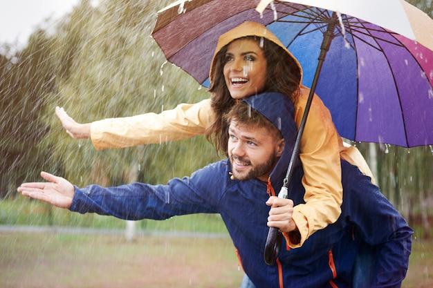 Verstecken wir uns im regen unter einem regenschirm