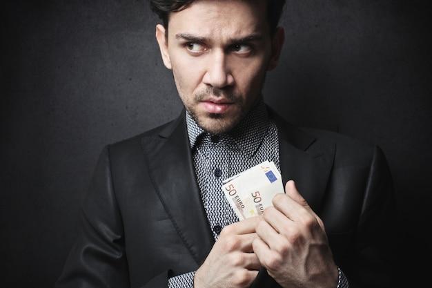 Versteckendes geld des verdorbenen geschäftsmannes