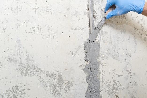 Versteckte installation von elektrischen kabeln für steckdosen an einer betonwand