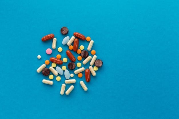 Verstreute handvoll farbiger pillen