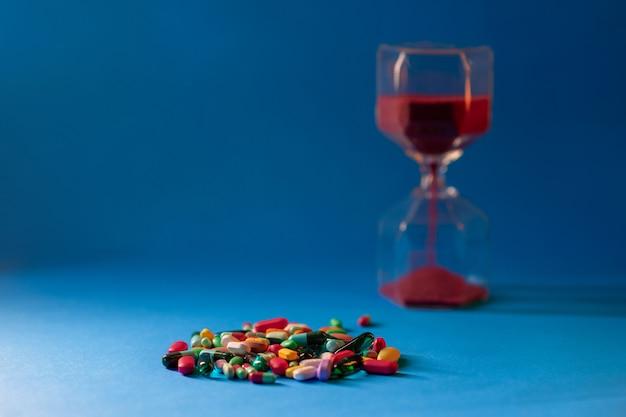 Verstreute handvoll tabletten und kapseln in verschiedenen größen und farben