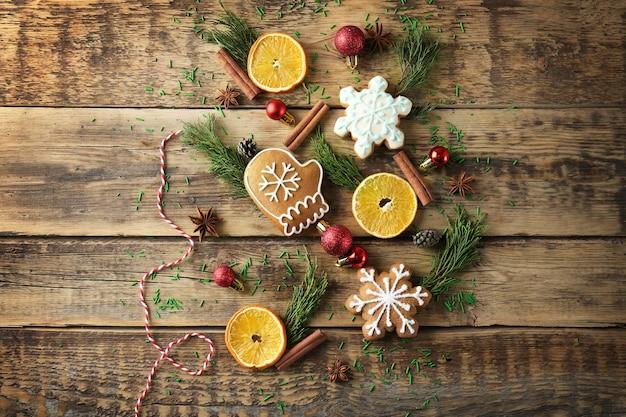 Verstreute weihnachtsdekoration auf dem tisch