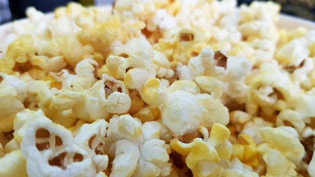 Verstreutes gesalzenes popcorn mit käse, texturhintergrund.