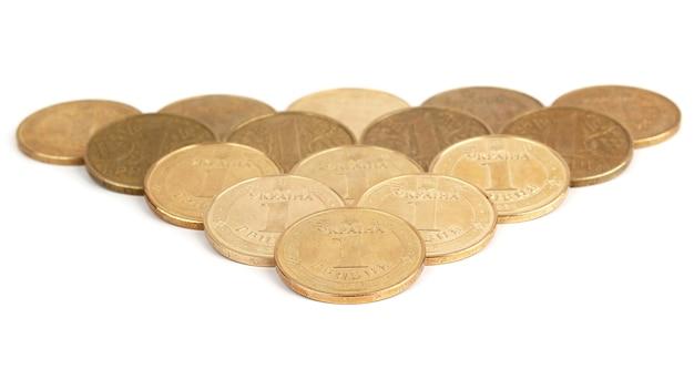Verteilen sie auf einem weißen hintergrund ukrainische münzen. finanzen und wirtschaft der staaten