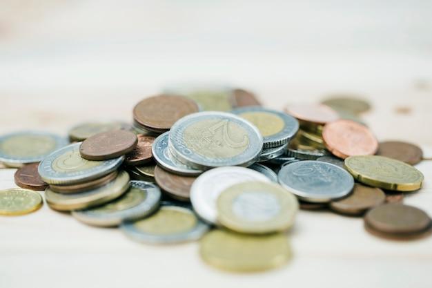 Verteilen sie metallische münzen auf defocused hintergrund