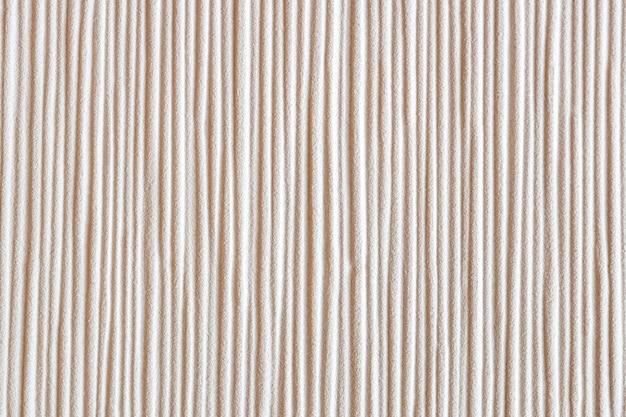 Vertikal definierte linien an einer körnigen wand