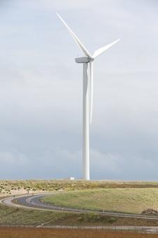 Vertikal einer windkraftanlage in der nähe des hafens von rotterdam in den niederlanden