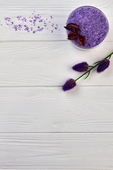 Vertikal geschossenes lila salz und blumen für die spa-behandlung