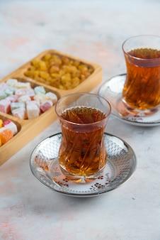 Vertikal von zwei glas tee und türkischen köstlichkeiten