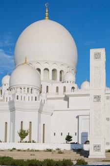 Vertikale ansicht der berühmten großen scheich-zayed-moschee, vereinigte arabische emirate