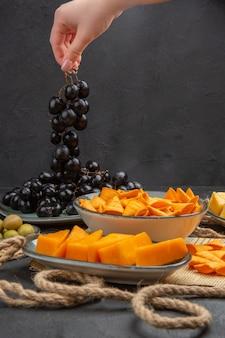 Vertikale ansicht der besten leckeren snacks auf einer alten zeitung