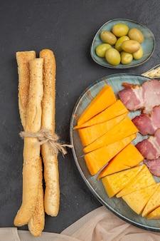 Vertikale ansicht der besten leckeren snacks für wein auf einem handtuch auf dunklem hintergrund
