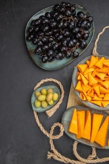 Vertikale ansicht der besten snacks auf einem alten zeitungsseil und auf schwarzem hintergrund