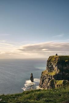 Vertikale ansicht der klippen von moher lislorkan irland an einem bewölkten tag