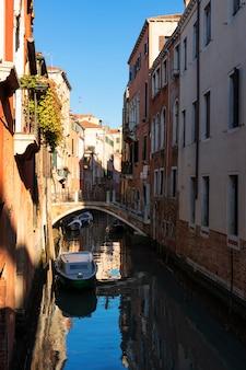 Vertikale ansicht des kleinen kanals in venedig