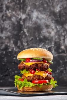 Vertikale ansicht des köstlichen sandwichs auf grauer eis beunruhigte isolierte oberfläche