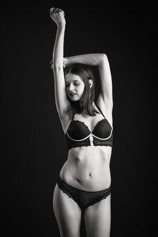 Vertikale ansicht foto schöne schüchterne dame in einem spitze bikini boudoir bh höschen