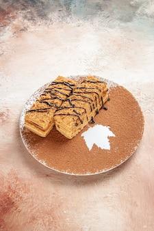 Vertikale ansicht von leckeren desserts, die mit schokoladensyrop für eine person auf buntem tisch verziert werden