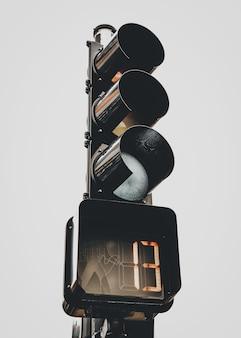 Vertikale aufnahme der ampel mit der nummer 13 auf der stoppuhr