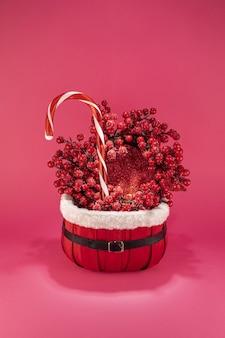 Vertikale aufnahme der dekoration für weihnachten mit süßigkeiten und spielzeug