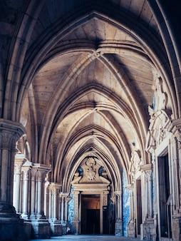 Vertikale aufnahme der kathedrale von porto