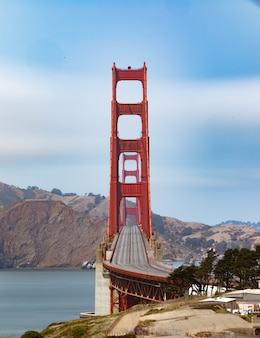 Vertikale aufnahme der leeren golden gate bridge in san francisco, kalifornien