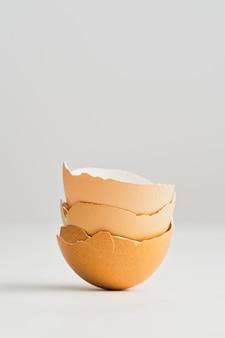 Vertikale aufnahme der nahaufnahme von eierschalen isoliert