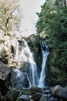 Vertikale aufnahme der schönen wasserfall-storiths, die in großbritannien gefangen genommen werden