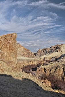 Vertikale aufnahme der schönen wolken über der rocky ravine