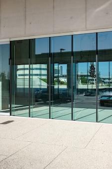 Vertikale aufnahme der transparenten türen eines geschäftsgebäudes
