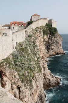 Vertikale aufnahme der wände von muralles de dubrovnik croatia