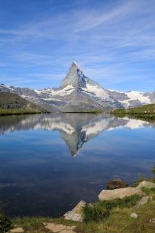 Vertikale aufnahme des berges und seiner spiegelung im matterhorn zermatt, schweiz
