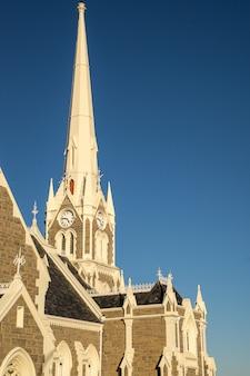 Vertikale aufnahme des groot kerk in südafrika unter einem blauen himmel