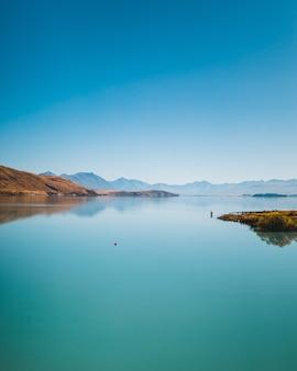 Vertikale aufnahme des lake pukaki und des mount cook in neuseeland