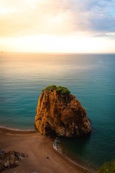Vertikale aufnahme des strandes cala illa roja in spanien bei sonnenuntergang