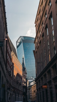 Vertikale aufnahme des walkie talkie tower zwischen gebäuden in london, england