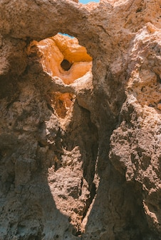 Vertikale aufnahme einer alten felsformation mit löchern