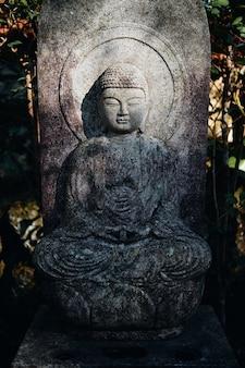 Vertikale aufnahme einer buddhistischen statue im mitaki-dera-tempel in hiroshima, japan