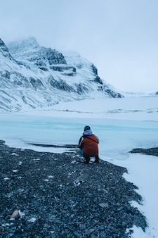 Vertikale aufnahme einer person am athabasca-gletscher in kanada
