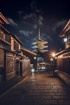 Vertikale aufnahme einer straße inmitten von gebäuden in japan