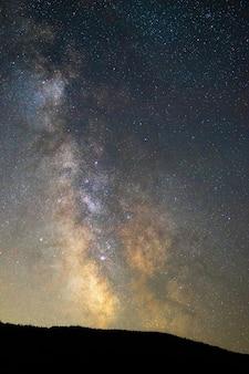 Vertikale aufnahme eines atemberaubenden sternenhimmels bei nacht - perfekt für tapeten und hintergründe