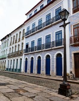 Vertikale aufnahme eines gebäudes mit kolonialarchitektur in sao luis, brasilien