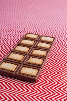 Vertikale aufnahme eines köstlichen schokoriegels mit blick auf die knusprigen kekse