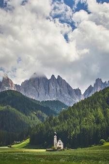 Vertikale aufnahme eines leuchtturms im naturpark puez-geisler in italien