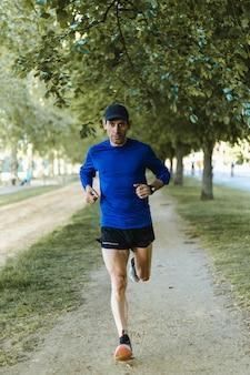 Vertikale aufnahme eines mannes, der auf der straße läuft - ein gesunder lebensstil