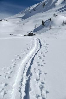 Vertikale aufnahme eines schneebedeckten berges in col de la lombarde isola 2000 frankreich