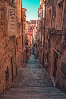 Vertikale aufnahme eines schönen alten viertels in dubrovnik, kroatien